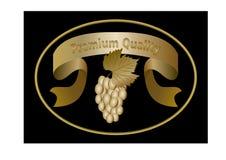 Etichetta ovale dorata lussuosa per il vino di qualità premio, nastro dorato con l'iscrizione, un mazzo di uva con la foglia Fotografia Stock Libera da Diritti