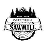 Etichetta professionale della segheria con il ceppo e la sega di legno Emblema per silvicoltura ed industria del legname illustrazione vettoriale