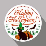 Etichetta rotonda con il gatto nero nel cappello della strega, in zucca e nel ` disegnato a mano Halloween felice del testo! ` Immagine Stock Libera da Diritti
