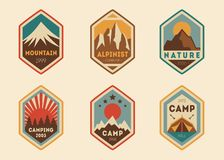 Etichette d'annata della montagna, distintivi illustrazione di stock