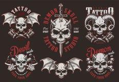 Etichette d'annata dello studio del tatuaggio del cranio del demone royalty illustrazione gratis