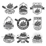 Etichette d'annata di monocromio per gli sport acquatici pericolosi Simboli del rafting Immagini del kajak illustrazione di stock