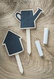 Etichette di legno nere del segno di prezzi della lavagna sul agricultur di legno del bordo Fotografia Stock Libera da Diritti