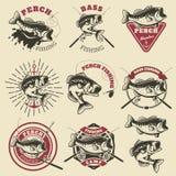 Etichette di pesca bassa Pesce del pesce persico Simbolizza i modelli per la pesca della c illustrazione vettoriale