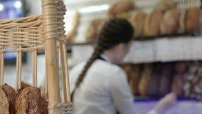 Etichette di prezzo di esercizio del panettiere della ragazza su pane archivi video