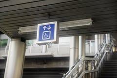 Etichette nelle aree pubbliche, stazioni di servizio, luoghi pubblici, parchi fotografia stock libera da diritti