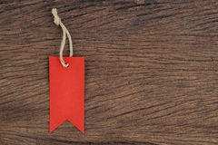 Etichette rosse sulla tavola di legno da vendere e testo Immagini Stock