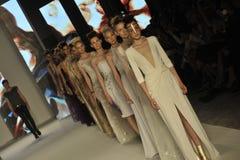 Etienne Aigner en de modellen lopen de baan tijdens Aigner tonen als deel van Milan Fashion Week Stock Fotografie