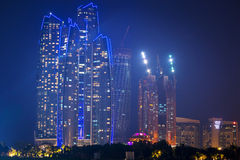Etihad在晚上耸立大厦在阿布扎比 免版税库存照片