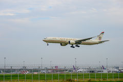 Etihad acepilla el aterrizaje a las pistas en el aeropuerto internacional del suvarnabhumi en Bangkok, Tailandia Fotografía de archivo