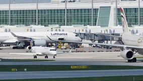 Etihad acepilla el carreteo en el aeropuerto de Munich, MUC almacen de video
