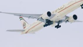 Etihad Airways строгает летать вверх в небо над авиапортом Мюнхена, Германией