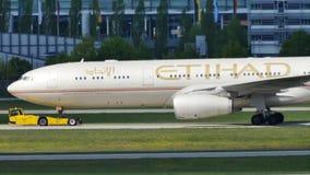 Etihad Airways acepilla el carreteo en el aeropuerto de Munich, MUC almacen de metraje de vídeo