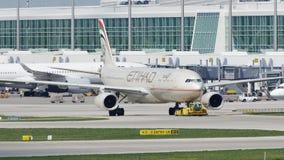 Etihad Airways acepilla haciendo el taxi en el aeropuerto de Munich, MUC metrajes