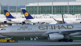 Etihad Airways acepilla haciendo el taxi en el aeropuerto de Munich, MUC almacen de metraje de vídeo