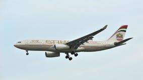 Etihad Airways Airbus A330 avec l'atterrissage 2014 de la livrée F1 à l'aéroport de Changi Images libres de droits