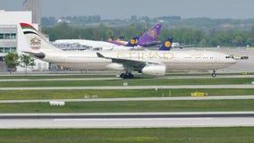 Etihad Airways que hace el taxi en el aeropuerto de Munich, MUC almacen de video