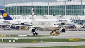 Etihad Airways robi taxi w Monachium lotnisku, MUC zbiory wideo