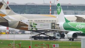 Etihad Boeing 787 Dreamliner Mit einem Taxi fahren stock footage