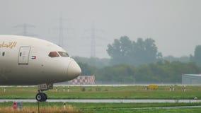 Etihad Boeing 787 Dreamliner Mit einem Taxi fahren stock video