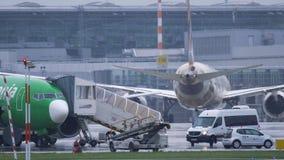 Etihad-Fluglinien Boeing 787 Dreamliner an Dusseldorf-Flughafen stock video