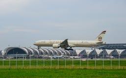 Etihad hyvlar landning till landningsbanor på den internationella flygplatsen för suvarnabhumien i Bangkok, Thailand arkivfoto