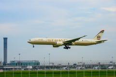Etihad hyvlar landning till landningsbanor på den internationella flygplatsen för suvarnabhumien i Bangkok, Thailand royaltyfria foton