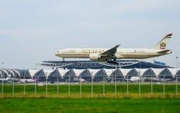 Etihad hyvlar landning till landningsbanor på den internationella flygplatsen för suvarnabhumien i Bangkok, Thailand arkivbilder