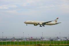 Etihad hyvlar landning till landningsbanor på den internationella flygplatsen för suvarnabhumien i Bangkok, Thailand arkivbild