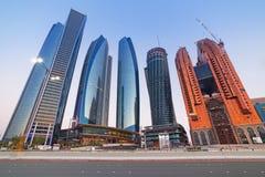 Etihad ragt Gebäude in Abu Dhabi an der Dämmerung hoch Lizenzfreie Stockbilder