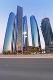 Etihad ragt Gebäude in Abu Dhabi an der Dämmerung hoch Lizenzfreies Stockbild