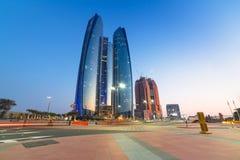 Etihad ragt Gebäude in Abu Dhabi an der Dämmerung hoch Lizenzfreie Stockfotos