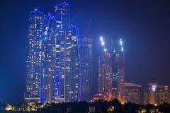 Etihad ragt Gebäude in Abu Dhabi nachts hoch Lizenzfreie Stockfotos