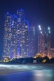 Etihad ragt Gebäude in Abu Dhabi nachts hoch Stockfotos