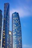 Etihad ragt Gebäude in Abu Dhabi nachts hoch Lizenzfreies Stockfoto