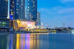 Etihad ragt Gebäude in Abu Dhabi nachts hoch Stockfotografie