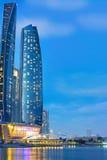 Etihad ragt Gebäude in Abu Dhabi nachts hoch Lizenzfreies Stockbild