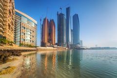 Etihad står högt byggnader i Abu Dhabi på soluppgång Arkivbilder