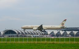 Etihad surfacent l'atterrissage aux pistes à l'aéroport international de suvarnabhumi à Bangkok, Thaïlande Photo stock