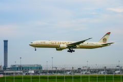 Etihad surfacent l'atterrissage aux pistes à l'aéroport international de suvarnabhumi à Bangkok, Thaïlande Photos libres de droits