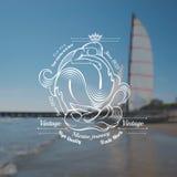 Etikett för två marmaids på det blured fotoet med havet och skeppet Royaltyfri Bild