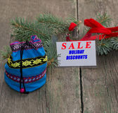 Etikett med en inskrift Sale som är närliggande en påse med gåvor Arkivfoto