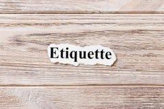 Etikette des Wortes auf Papier Konzept Wörter der Etikette auf einem hölzernen Hintergrund Lizenzfreies Stockbild