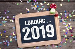 Etiketteken en bord met de Gelukkige Vooravond van Nieuwjaarnieuwjaren met 2019 en klaver royalty-vrije stock fotografie