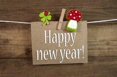 Etiketteken en bord met de Gelukkige Vooravond van Nieuwjaarnieuwjaren met 2019 en klaver royalty-vrije stock afbeelding