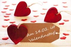 Etiketten med många röd hjärta, Valentinstag betyder valentindag Arkivfoto