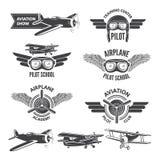 Etiketten met illustraties van uitstekende vliegtuigen worden geplaatst dat Reisbeelden en embleem voor vliegeniers Royalty-vrije Stock Afbeeldingen