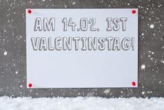 Etiketten på cementväggen, snöflingor, Valentinstag betyder valentindag Arkivbild