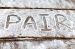 Etiketter älskar, kopplar ihop, älskar, förhållandet, socker som är salt, bitterhet på bakgrunden av brädena bakgrunden av snö Royaltyfria Bilder