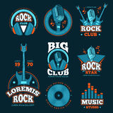 Etiketter för vektor för musikstudioproduktion Musikalemblem med gitarrer och mikrofoner royaltyfri illustrationer